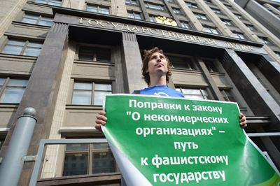 Putin signs law branding NGOs &#8216;foreign agents&#8217;