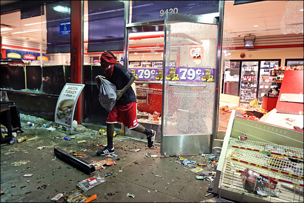 Riots, looting, gunfire and chaos near Ferguson, Missouri
