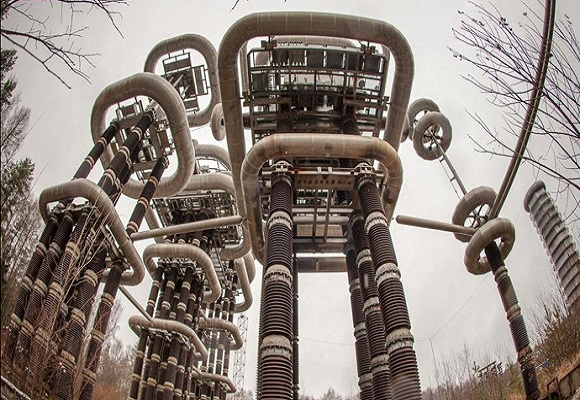 Eletrizante gigante futurista 'Tesla Tower' em madeiras abandonadas perto de Moscou